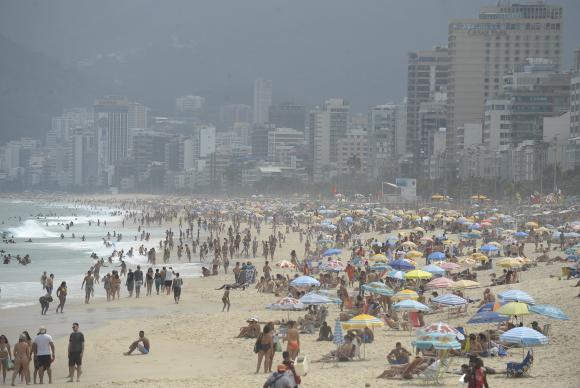 Praia de Ipanema no primeiro dia da Operação Verão. Tempo mublado diminuiu presença de banhistas. Foto: Fernando Frazão/Agência Brasil