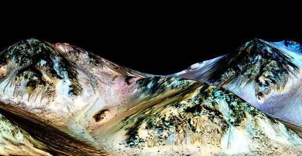 De acordo com o novo estudo, as linhas que aparecem e somem em montanhas de Marte s são córregos formados por água salgada escorrendo (Foto: Nasa/JPL/Universidade do Arizona)