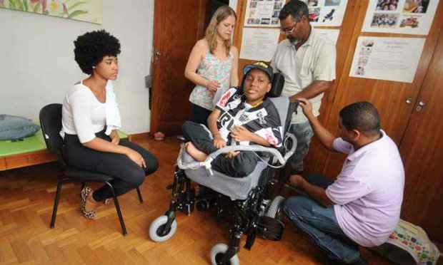 Irmã, padrasto, fisioterapeuta e técnico participaram dos testes da nova cadeira de rodas de Melchior, ontem pela manhã: o equipamento vai ajudar o jovem a dar continuidade aos estudos. (Foto: Paulo Filgueiras/EM/D.A Press)