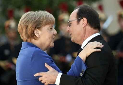 O presidente francês, François Hollande, recebe a chanceler alemã, Angela Merkel, no Palácio do Eliseu, em Paris, local da reunião. Foto: STEPHANE DE SAKUTIN/ AFP