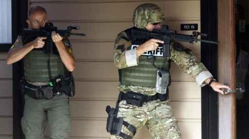 Policiais vasculham local na Universidade Umpqua Community College, em Roseburg, Oregon, no dia 1° de outubro de 2015. Foto: Michael Sullivan /The News-Review/AFP