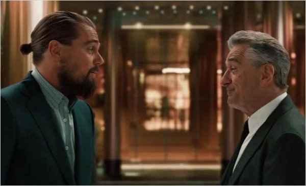 Uma cena do filme mostra De Niro e DiCaprio chegando a um cassino. Foto: Adorocinema/Reprodução