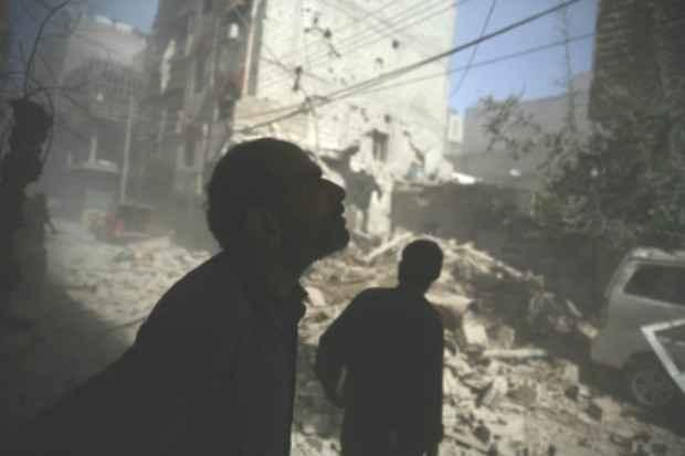 Sírios observam a destruição causada pelos ataques aéreos em Duma, leste de Damasco; Foto: AFP ABD DOUMANY