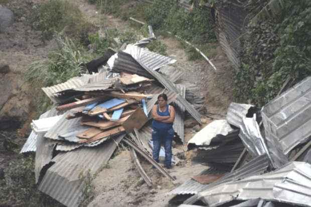 Mulher observa a destruição causada pelo deslizamento de terras em El Cambray II, na cidade guatemalteca de Santa Catarina Pinula. Foto: AFP JOHAN ORDONEZ
