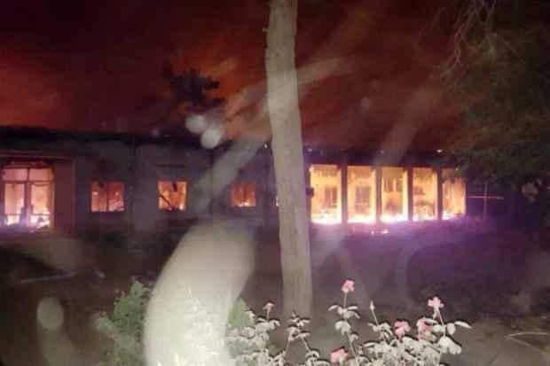 O hospital da MSF na cidade afegã de Kunduz em chamas após bombardeio contra suas instalações. Foto: MSF/AFP MSF