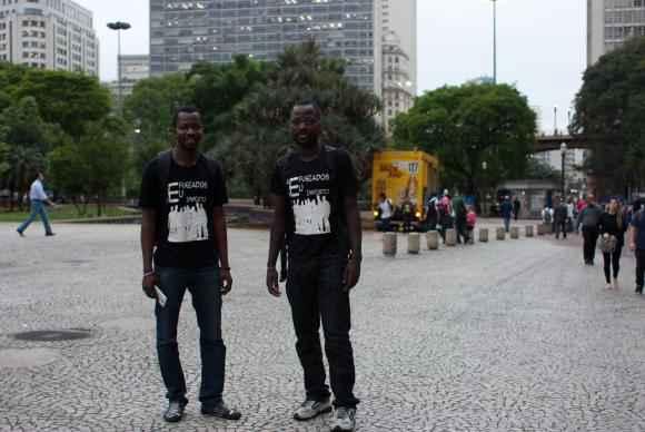 O beninense Roberto Gédeon e o congolês Pitchou Luambo divulgam a campanha Refugiados, eu me importo, no Vale do Anhangabau, no centro da capital paulista. Foto: Daniel Mello/Agência Brasil