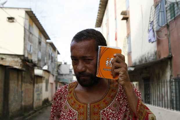 Poeta Miró da Muribeca lança e recita último livro no evento. Foto: Blenda Souto Maior/DP/D.A Press