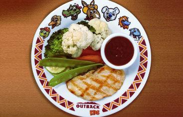 Para crianças que gostam de legumes o Outback Steakhouse aposta em um prato que mescla salada e frango. Foto: outback.com.br/Reprodução Site