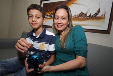 Andrezza Galindo e seu filho Gabriel Antônio: consciência financeira desde cedo. Foto: Roberto Ramos/DP/D.A Press