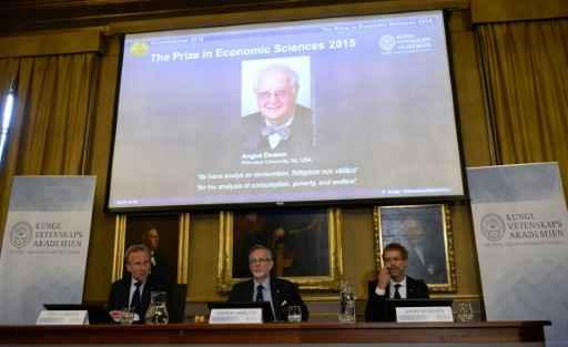 Goeran K Hansson, Secretário Permanente da Real Academia Sueca de Ciências(centro) anuncia Angus Deaton como vencedor do Nobel de Economia 2015. Foto: Jonathan Nackstrand/AFP