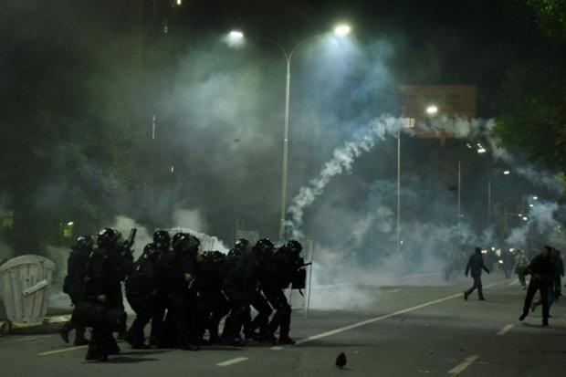 Polícia de Kosovo lança gás lacrimogêneo nos simpatizantes da oposição, em Pristina, 12 de outubro de 2015. Foto: Armend Nimani/AFP