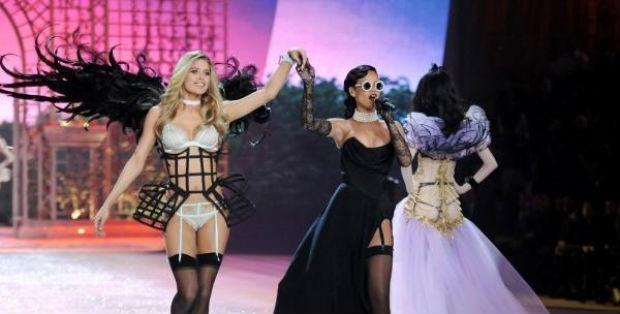 Em 2012, Rihanna fez duas apresentações durante o desfile. Foto: CBS/Reprodução