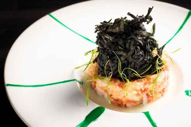Prato Que peixinho mais ouriçado  tenta reproduzir a forma do ouriço com batata negra. Foto: Daniel Pinho/ Divulgação.