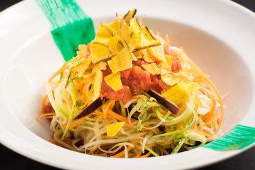 Prato vegetariano leva espaguete de cenoura, abobrinha e beringela. Foto: Daniel Pinho/ Divulgação