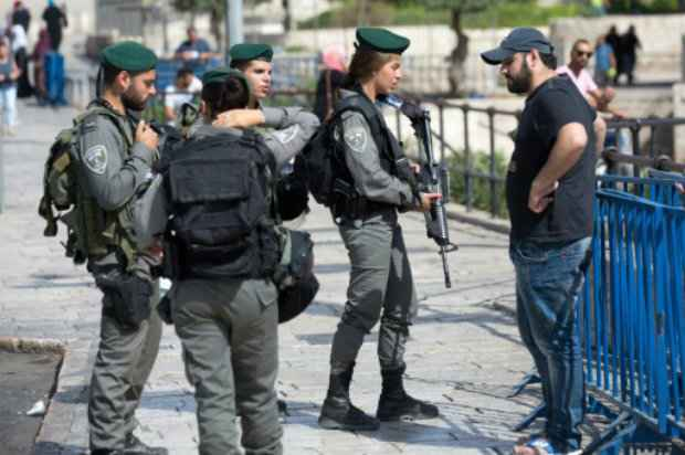 Policiais revistam um palestino em uma das entradas da Cidade Velha de Jerusalém Foto: AFP/Menahem Kahana.
