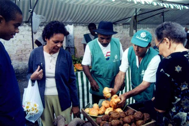 Foto de acervo mostra os primeiros anos da feira, que funciona no Recife desde 1997. Foto: Acervo do Centro Sabi�