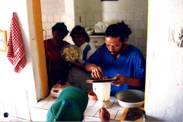 Agricultores passam por cursos de culin�ria nas associa��es, e aprimoram seus m�todos de cultivo e venda.Foto: Acervo do Centro Sabi�