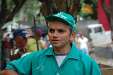 Adeildo Barbosa, 38, participa da feira h� 11 anos e mudou seu modo de cultivo com interc�mbios e reuni�es sobre agroecologia. Foto: Eduardo Amorim/Centro Sabi�