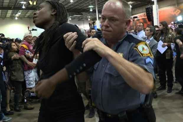 Imagem de vídeo mostra policial retirando um manifestante do comício do pré-candidato republicano à presidência Donald Trump em 14 de outubro em Richmond, Virginia. Foto: Loic Hofstedt/AFP