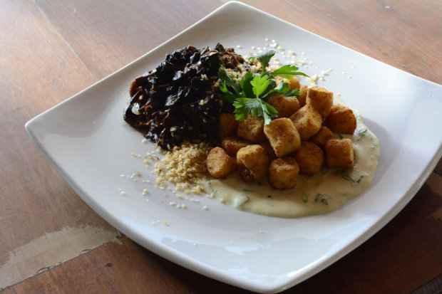 Sugestão do chef: Cupim com shitake ainda ganha o acompanhamento de nhoque de batata-doce frito