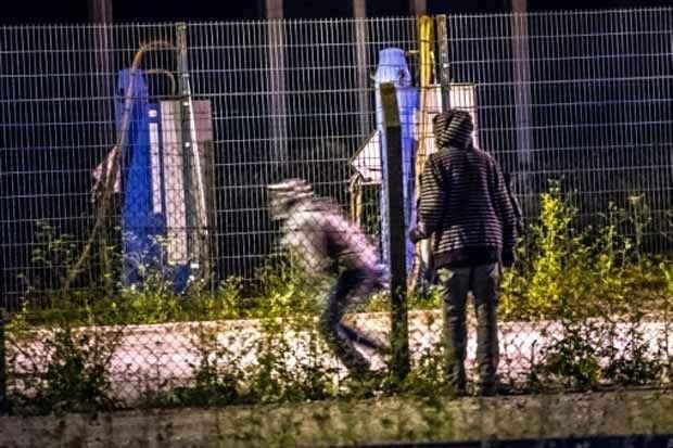 Migrantes superam barreira e tentam alcançar o terminal do Eurotúnel em Frethun em 6 de agosto. Foto: Philippe Huguen/AFP/Arquivos