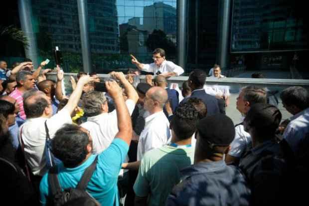 Funcionários da Petrobrás fazem ato de protesto em frente ao Centro Empresarial Senado, prédio da empresa na Lapa, região central da cidade. (Foto: Tânia Rêgo/Agência Brasil)