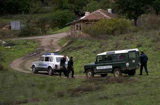 Policiais da fronteira búlgara observam área próxima à cidade de Sredets onde migrante afegão foi morto, no dia 16 de outubro de 2015 Foto: AFP Nikolay Doychinov