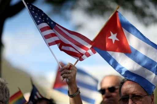 As bandeiras de Estados Unidos e Cuba são vistas em Miami, no dia 20 de dezembro de 2014 Foto: GETTY IMAGES NORTH AMERICA/AFP/Arquivos Joe Raedle