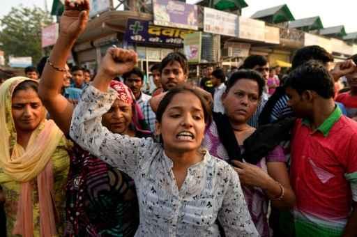 Moradores protestam contra a polícia perto da casa de uma das menores agredidas em Nova Délhi Foto: Chandan Khanna/AFP