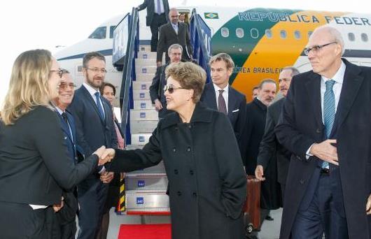Presidente Dilma Rousseff recebe cumprimentos na chegada ao Aeroporto de Arlanda. Foto: Roberto Stuckert Filho/PR