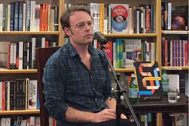 O autor Joshua Cohen escreve o livro direto na internet, com atualização em tempo real e comentários ao vivo de espectadores. Foto: English Kills Reviews/Reprodução