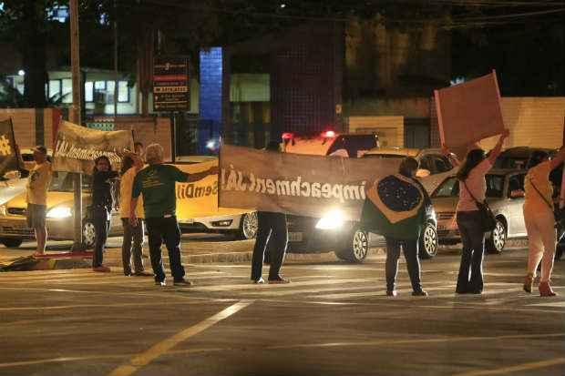 Cerca de 30 pessoas se concentraram no cruzamento da Agamenom Magalhães com a Rua Joaquim Nabuco. Motoristas eram estimulados a buzinarem. Foto: Rafael Martins/Esp.DP/D.A Press