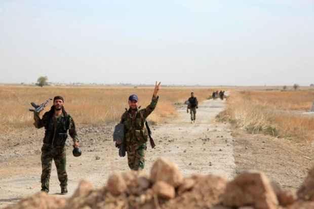 Soldados sírios em uma estrada da província de Aleppo próxima ao aeroporto militar de Kweyris, no dia 18 de outubro. Foto: George Ourfalian/AFP