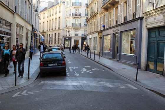Ruas de Paris têm velocidade reduzida e calçadas acessíveis. Foto: Blog Mobilize Europa/Reprodução