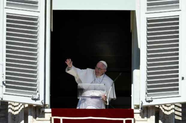 O papa Francisco acena para a multidão no Vaticano em 11 de outubro. Foto: AFP/VINCENZO PINTO.