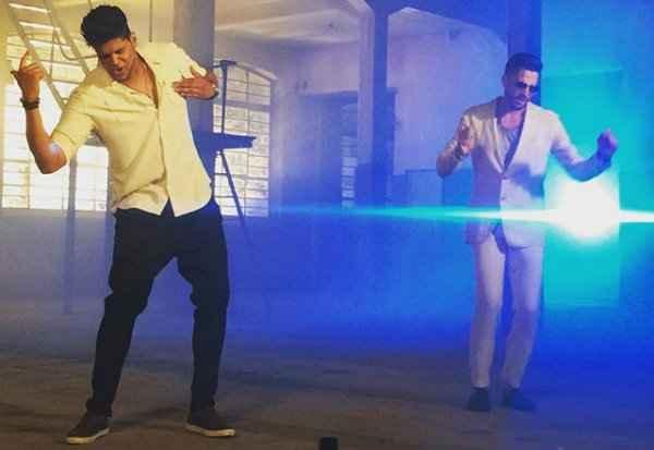Cantor pernambucano Well faz parceria com Latino no clipe Todo Seu. Foto: Julio Fonttes/Divulgação