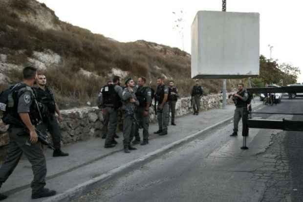 Policiais israelenses são vistos na fronteira com bairro palestino de Jabal Mukaber em 14 de outubro de 2015. Foto: AFP/Arquivos THOMAS COEX