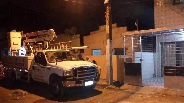 Equipe de prontidão da Celpe foi acionada e compareceu para averiguar o vazamento de corrente. Foto: Silvio Murilo/Divulgação