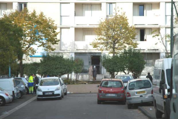 Entrada do prédio onde três pessoas morreram na madrugada de hoje em Cite des Lauriers, Marselha, no sul da França. Foto: AFP Bertrand Langlois