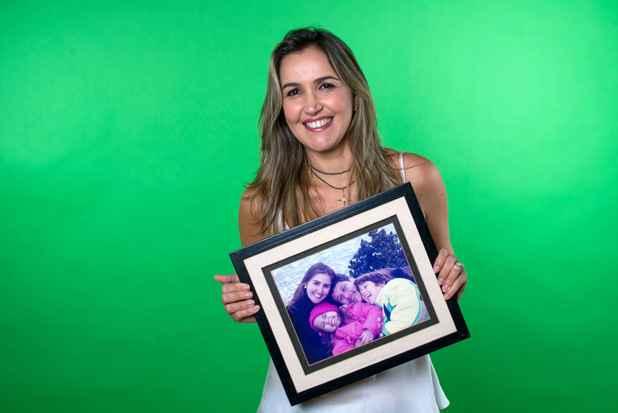 Christiana levou um retrato de sua família para o ensaio fotográfico. Em 2011, ela foi diagnosticada com câncer de mama. Foto: Cecília Sá Pereira/Guerreiras do Calendário