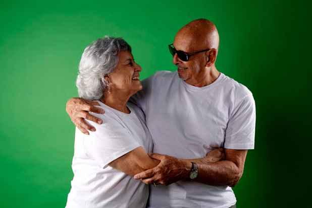O casal Geralda Maria e Norival Santos também faz parte do projeto. Ele é o primeiro homem a ser fotografo para o calendário, pois descobriu ter câncer durante o tratamento da esposa. Foto: Cecília Sá Pereira/Guerreiras do Calendário