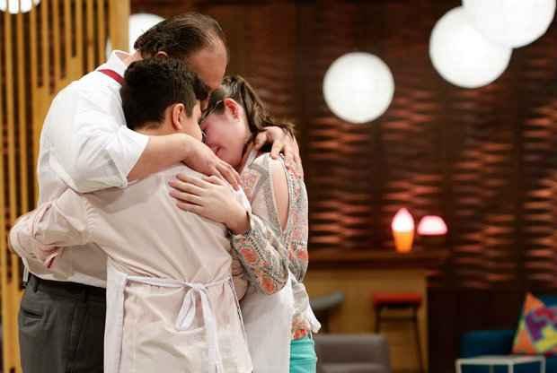 Chef Erick Jacquin consola os dois eliminados do programa desta terça-feira. Créditos: Band/divulgação