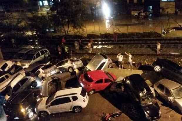 Veículos foram arrastados pela água. Foto: Corpo de Bombeiros/Divulgação