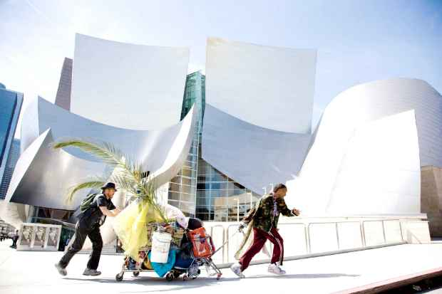 Prédio projetado por Frank Gehry é praticamente um personagem do filme O Solista. Foto: Paramount/ Divulgação