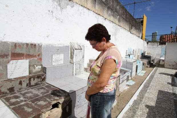 Dona Berenice vai precisar visitar dois cemitérios neste Dia de Finados, Casa Amarela e Santo Amaro (Nando Chiappetta/DP/D.A Press)