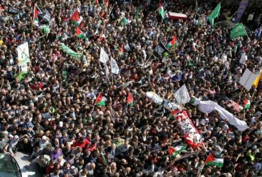Novos episódios de violência foram registrados neste sábado em Hebron, após o funeral de cinco jovens, cujos corpos foram enfim entregues às famílias pelas autoridades israelenses. © AFP HAZEM BADER