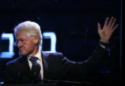 Ex-presidente dos EUA Bill Clinton discursa em cerimônia de homenagem a Yitzhak Rabin em Tel Aviv. © AFP THOMAS COEX
