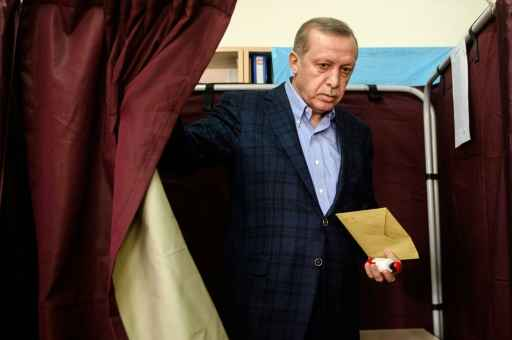 Presidente Recep Tayyip Erdogan deixa sua seção eleitoral  - Foto: AFP Ozan Kose  (Presidente Recep Tayyip Erdogan deixa sua seção eleitoral  - Foto: AFP Ozan Kose)