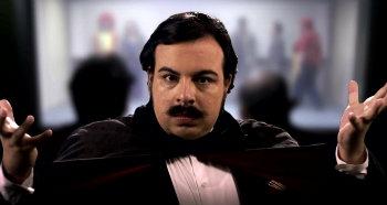 Protagonista da série, Luis Lobianco interpreta o mágico que é assassinado em plena festa infantil - Foto: Fox/Divulgação (Foto: Fox/Divulgaçãio)