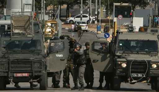 Forças israelenses detêm um palestino no ponto de passagem de Jalama, entre Israel e a Cisjordânia Foto: AFP JAAFAR ASHTIYEH